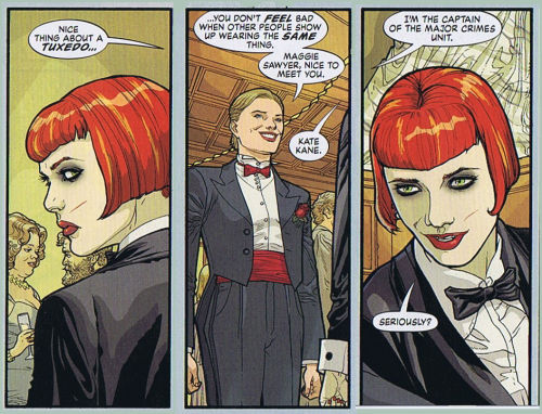 Kate Kane (Batwoman) meets her future girlfriend Maggie Sawyer in Detective Comics.